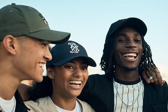 Abbildung einer Gruppe, die Baseballkappen aus der MLB-Kollektion von New Era tragen