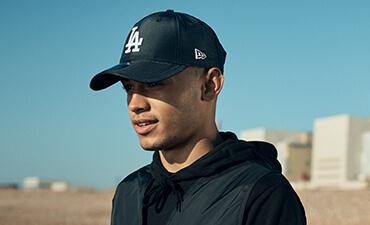 Männliches Model, das eine leuchtend marineblaue 9FORTY-Kappe der LA Dodgers trägt