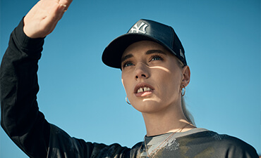 Una modella indossa un cappellino 9FORTY Trucker dei New York Yankees blu navy iridescente